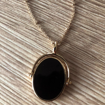 Pendentif noir ovale plaqué or